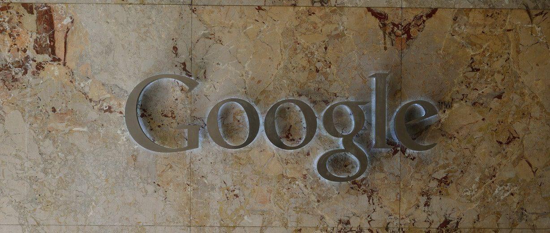 Photo d'un mur avec le logo de Google moteur de recherche SEO